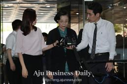 .Prosecutors seek arrest warrant for Hanjin chiefs wife for illegal employment.