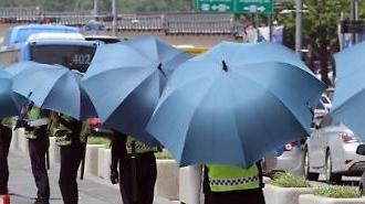 [포토] 경찰,방패 대신 우산