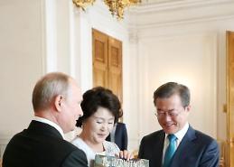 문 대통령 부부, 푸틴 주최 국빈만찬 참석…푸틴 '즉석제안'으로 크렘린궁 둘러봐