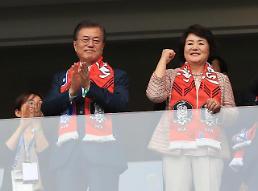.文在寅总统伉俪观看世界杯.