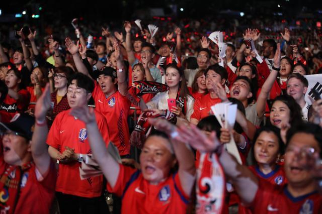 韩国球迷疯狂庆祝2:0战胜德国