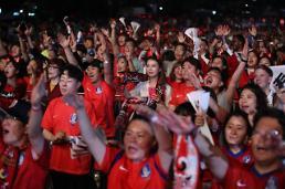 .韩国球迷疯狂庆祝2:0战胜德国.