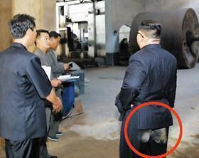 金正恩裤子臀部位置沾满灰土 朝鲜为什么要公开这张照片?