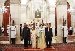 .印度总统考文德设宴款待文在寅及夫人金正淑.