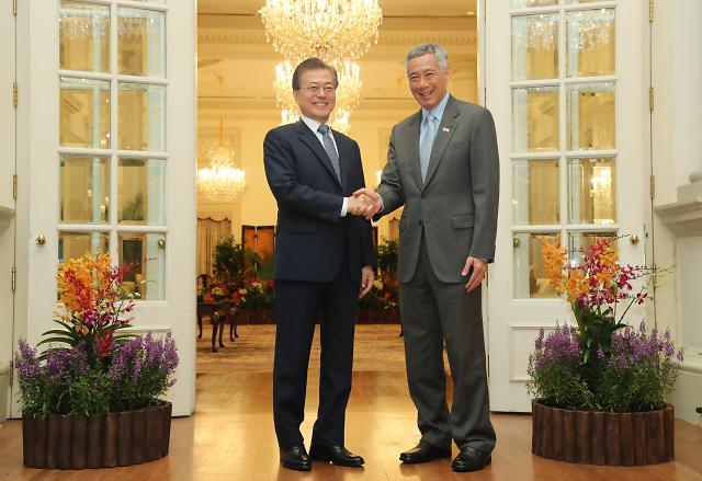 文在寅与新加坡总理李显龙举行会谈