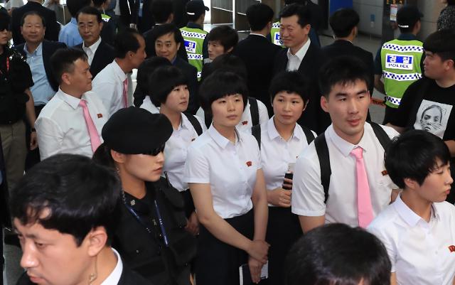 朝鲜乒乓球代表团乘飞机返朝