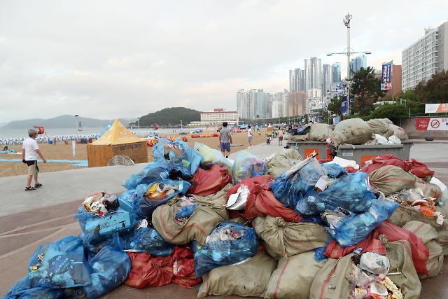 韩国夏季休假开始 海水浴场垃圾成山