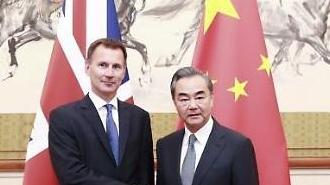 [중국포토] 트럼프 보고 있나, 악수하는 중국-영국 외교수장
