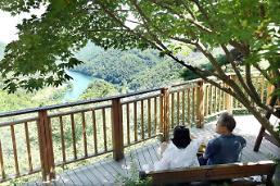.总统的甜蜜假期 文在寅和夫人山间散步秀恩爱.