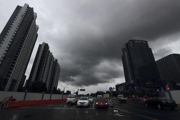 [중국포토] 14호 태풍 야기 중국으로, 검게 변한 저장성 하늘