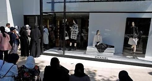 [포토] 리라 폭락에 줄 길게 늘어선 터키 명품 매장