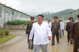 [PHOTO NEWS] N. Korean leader wet with rain during trip to hot springs