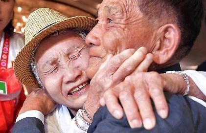 [남북이산가족] 엄마 만나 그저 눈물만