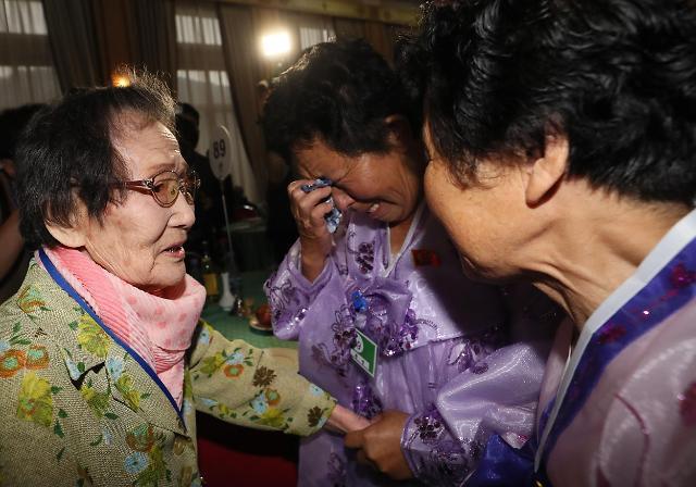 99岁母亲与两名70岁女儿团聚