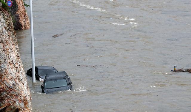 韩国暴雨 车辆被淹