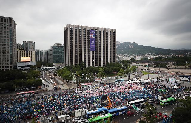 不满政府最低时薪政策 韩小商户冒雨举行大规模集会