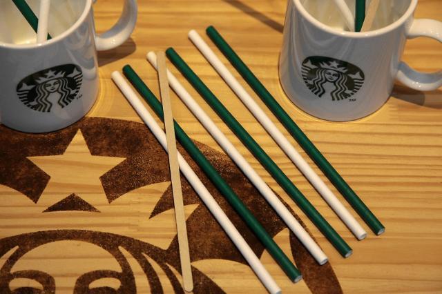 Starbucks tại Hàn Quốc đã triển khai sử dụng ống hút làm bằng giấy