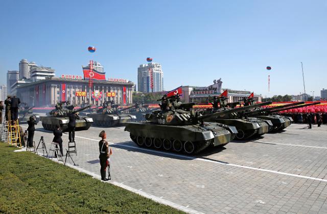 朝鲜建国70周年阅兵式: 金正恩栗战书并肩出席  洲际弹道导弹未亮相