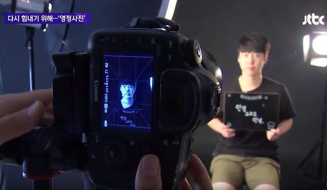 """韩国年轻人流行""""拍遗照"""" 给生活充充电"""