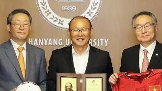Đại học Hanyang (Hàn Quốc) trao giải thưởng Thành tựu cho Huấn luận viên Park Hang-seo