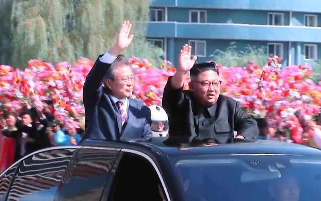 韩朝首脑同乘一车 在平壤街头游行