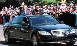 .[SUMMIT] Moon and Kim share car parade in Pyongyang.