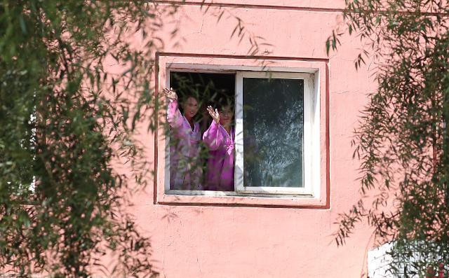 平壤市民在窗边挥手欢迎文在寅的到来