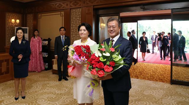 手捧鲜花的韩国总统文在寅夫妇