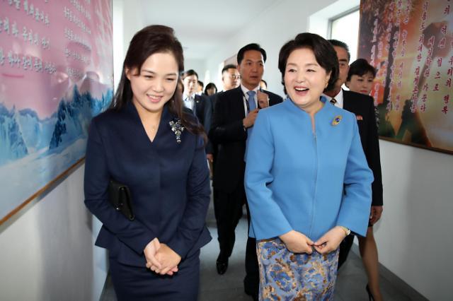 文在寅夫人看望朝鲜患儿