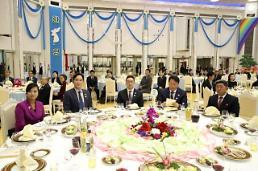 .朝鲜三池渊乐团长和韩国财界大佬同框.