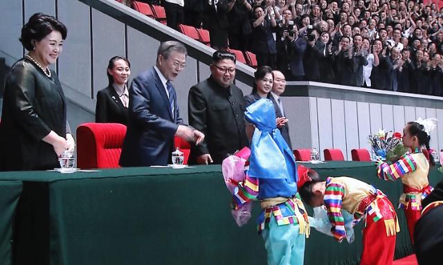 文在寅、金正恩夫妇观看大型团体操表演