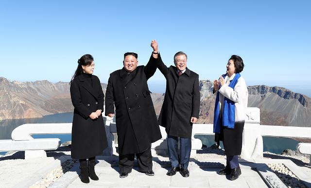 文在寅大統領の訪朝最終日、金正恩委員長と共に白頭山に登頂