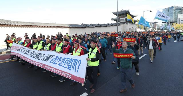 Taxi drivers stage angry protest against carpool service