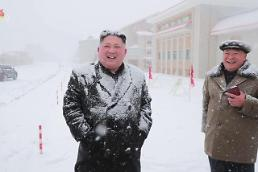 .[PHOTO NEWS] N. Koreas Kim braves snow to visit border resort town.