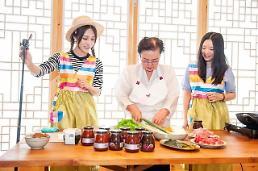 .Wang Hongs 20-hour telecast for Korean cosmetics at Lotte duty-free shop.