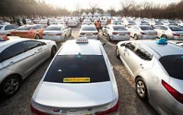 .Taxi drivers agree to permit Kakaos carpool service for rewards.