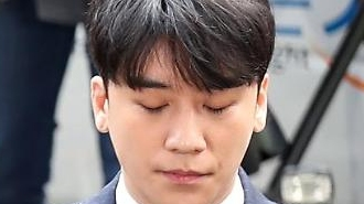 Police question Seungri in criminal probe into sex-for-favor scandal