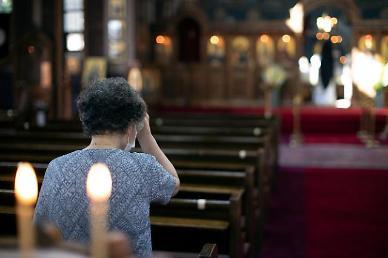 [슬라이드 포토] 방역 수칙 지키며 주말 예배···교회는 온라인으로