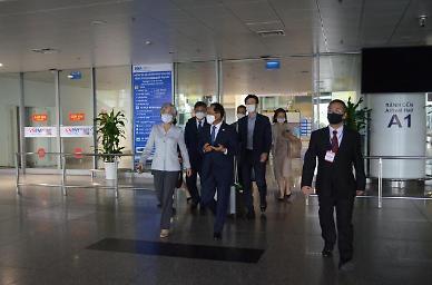 강경화 장관, 베트남 일정 시작...외국장관 최초 방문