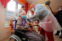 독일도 코로나19 백신 접종 시작…EU 각국 의료진·노인부터 접종