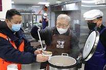 [포토] 명동밥집 도시락 준비하는 염수정 추기경