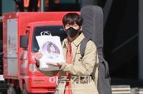 [포토] 이승윤, 이무진 마이너갤러리 팬들이 준 선물이에요!