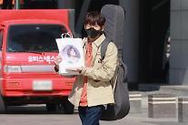 [화보] 싱어게인 이승윤, 이무진 팬들이 선물한 마카롱 소중히 들고