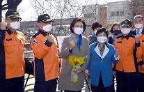 [2021재보궐포토] 119 대원들과 파이팅 외치는 박영선 후보