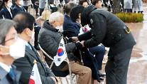"""탁현민 """"AZ 백신 주사 안 아퍼…접종 전후 변화 알릴 것"""""""