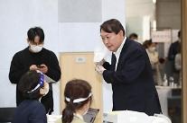 [포토] 투표 전 본인확인하는 윤석열 전 검찰총장