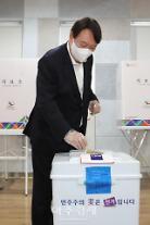 [포토] 사전투표하는 윤석열 전 검찰총장