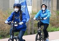 [4·7 재보선] 자전거 유세하는 박영선 후보