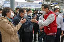 [4‧7 재보선] 출근길 시민들과 인사하는 오세훈 후보