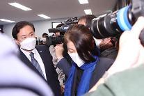 [포토] 침묵으로 퇴장하는 김영춘 후보